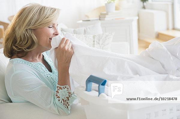 stinken Europäer Frau sauber Wäsche riechen