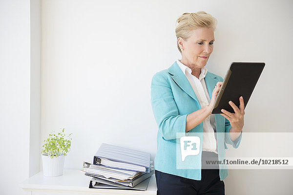 benutzen Europäer Geschäftsfrau Büro Tablet PC
