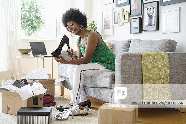 aufmachen Frau Couch Schuh amerikanisch Verpackung