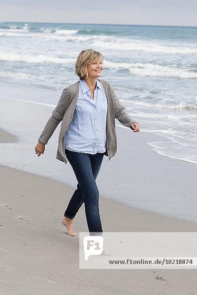 Europäer Frau lächeln gehen Strand