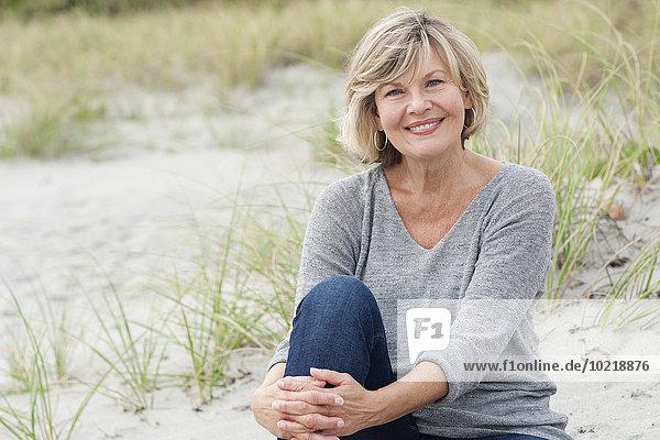 sitzend Europäer Frau lächeln Strand