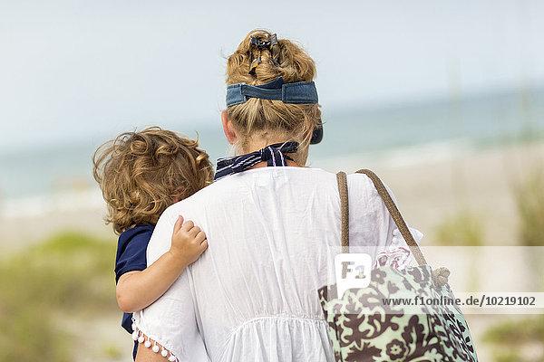 Europäer tragen Strand Sohn Mutter - Mensch Baby