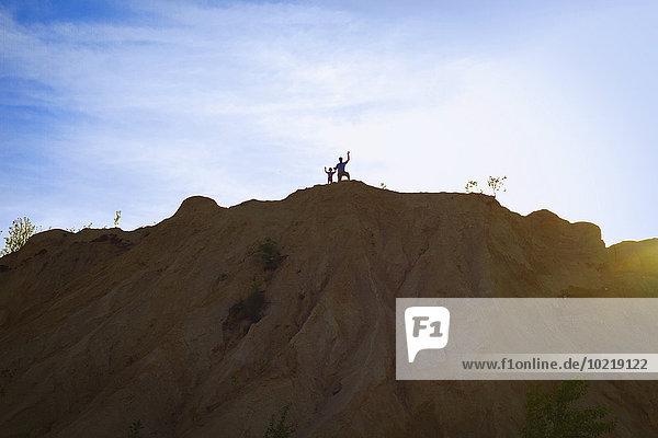 stehend Mensch Menschen Himmel unterhalb Berggipfel Gipfel Spitze Spitzen blau