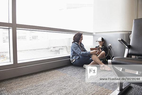 benutzen Sohn Flughafen Tablet PC Mutter - Mensch benutzen,Sohn,Flughafen,Tablet PC,Mutter - Mensch