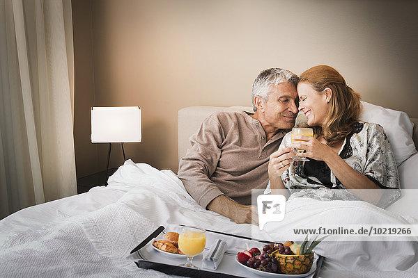 lächeln Bett Frühstück