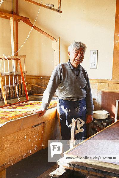 Papier Tradition arbeiten Studioaufnahme Handwerker japanisch