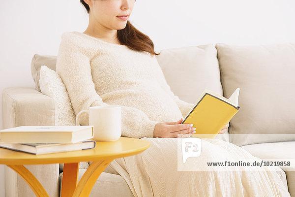 Frau Couch Schwangerschaft jung japanisch