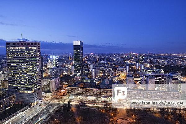 Polen  Warschau  Blick ins Stadtzentrum bei Abenddämmerung