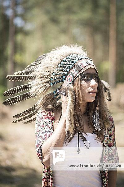 Junge Frau verkleidet als Indianerin