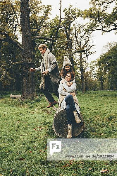Glückliche Familie verbringt Zeit zusammen in einem herbstlichen Park