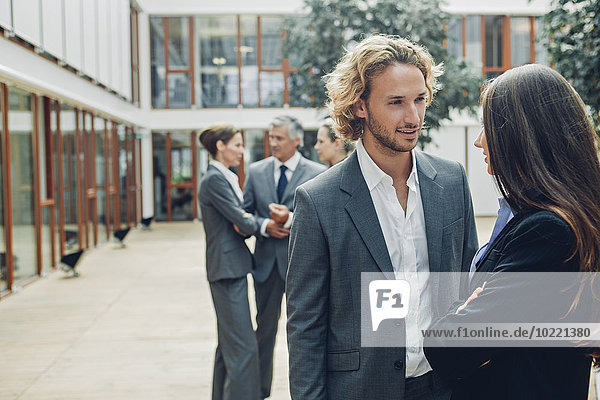 Geschäftsleute diskutieren gemeinsam