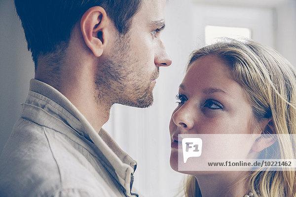 Junge Frau sieht ihren Freund an.