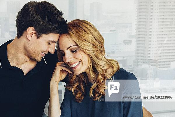Lächelndes verliebtes Paar