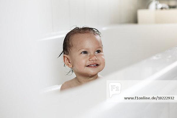 Porträt eines lächelnden Mädchens in der Badewanne