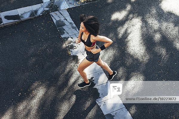 Spanien  Barcelona  joggende junge Frau