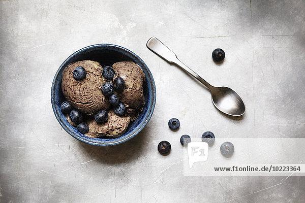 Schale mit veganem Blaubeer-Bananen-Eis