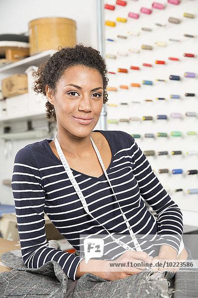 Junge Modedesignerin in der Werkstatt
