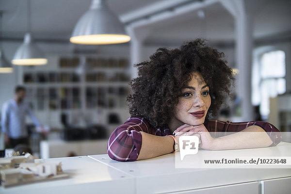 Junge Frau träumt im Amt