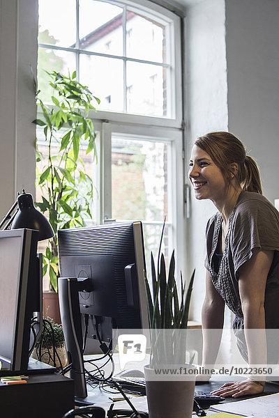 Lächelnde junge Frau im Amt