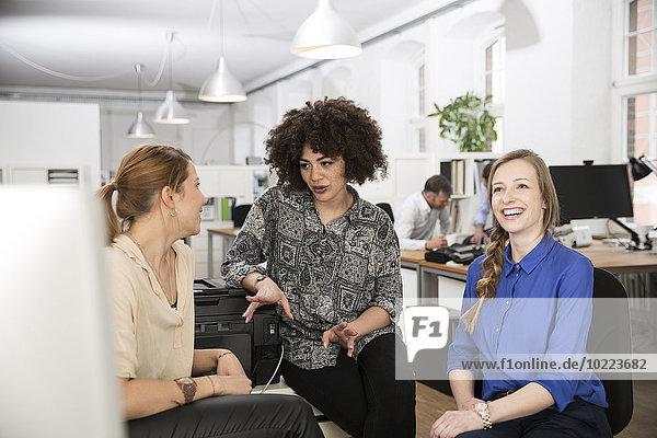 Drei junge Frauen sprechen im Amt
