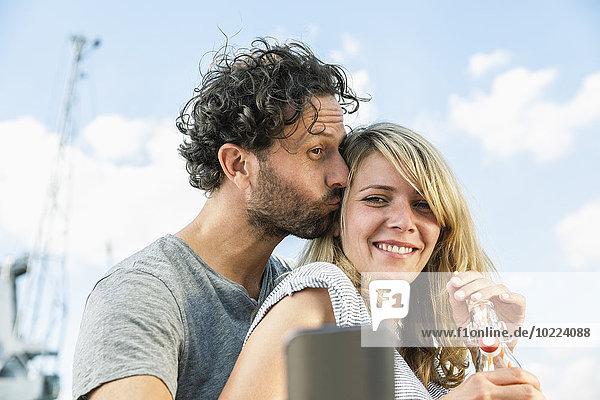 Lächelndes Paar im Freien mit einem Selfie