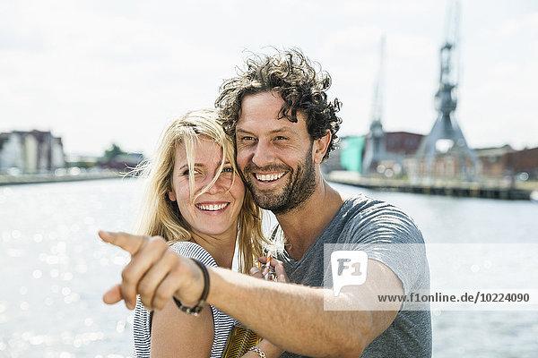 Deutschland  Lübeck  lächelndes Paar am Hafen