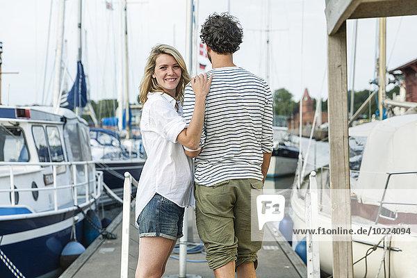 Deutschland  Lübeck  lächelndes Paar im Yachthafen