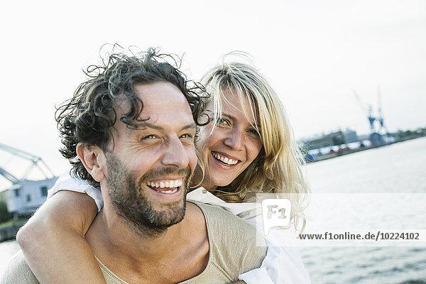 Deutschland  Lübeck  glückliches Paar am Wasser