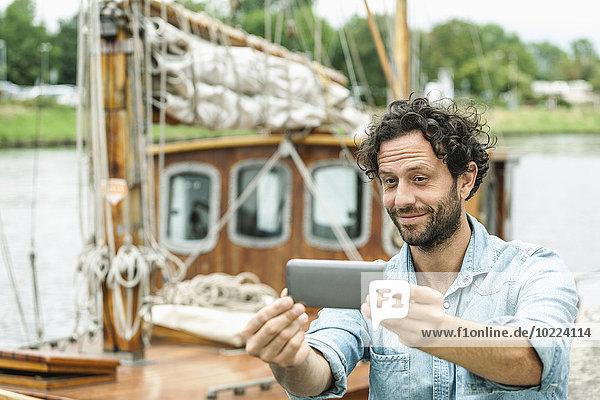 Deutschland  Lübeck  Selfie vor historischem Schiff