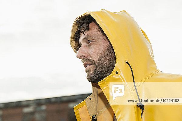 Mann im Regenmantel