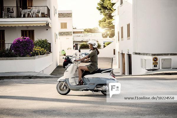 Spanien  Mallorca  Alcudia  Frau auf Motorroller