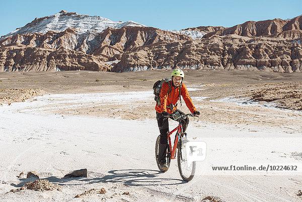 Chile  Mann auf dem Mountainbike durch das Valle de la Muerte  Atacama-Wüste