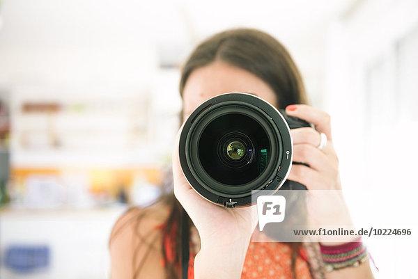 Frau beim Fotografieren mit der Kamera