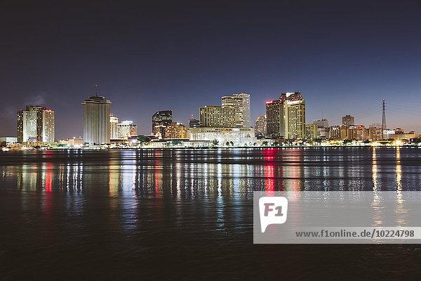 USA  New Orleans  Downtown reflektiert im Mississippi bei Nacht