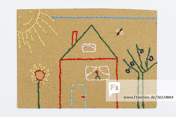 Handarbeit  Stickerei  bestickter Karton mit Wolle  Haus mit Garten