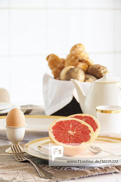 Frühstück  gedeckter Tisch  Grapefruit auf Teller Frühstück, gedeckter Tisch, Grapefruit auf Teller