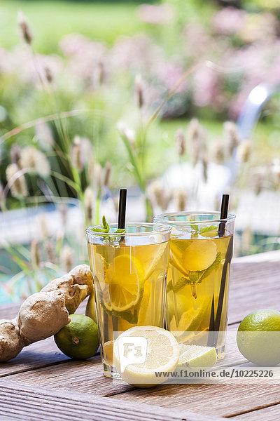Hausgemachter Eistee  Limonade mit frischem Ingwer  Zitrone  Limette und Minze