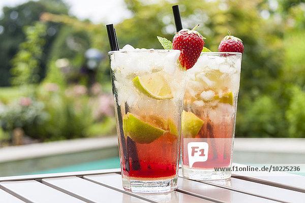 Erdbeer-Caipirinha mit frischer Minze und Erdbeere im Glas