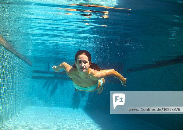 Junge Frau im Pool