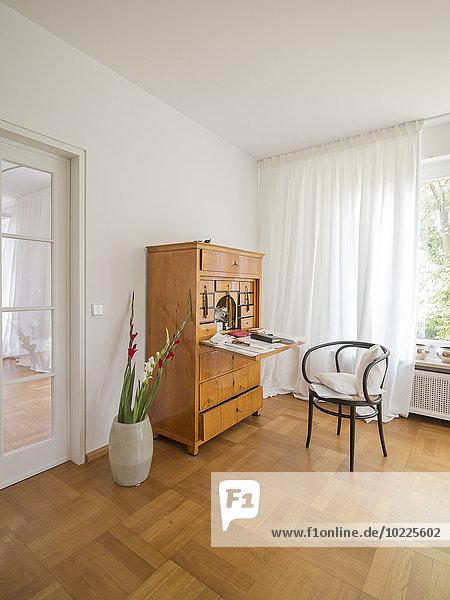 Sekretärin in einer modernen Wohnung