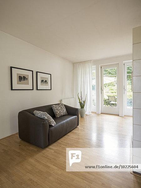 Modernes Wohnzimmer mit Ledercouch
