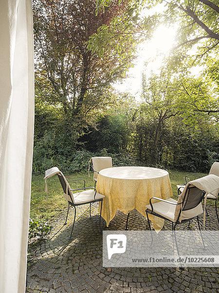 Gartentisch und Stühle auf der Terrasse