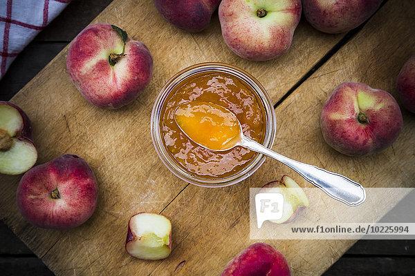 Weinbergpfirsiche  Pfirsichmarmelade auf Hackbrett