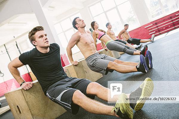 CrossFit-Athleten bei Box Dips