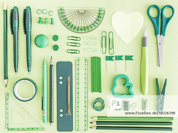 Grüne Büroartikel auf grünem Hintergrund
