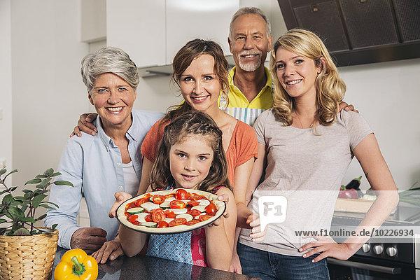 Gruppenbild von drei Generationen Familie in der Küche