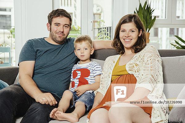 Familienportrait auf dem Sofa zu Hause