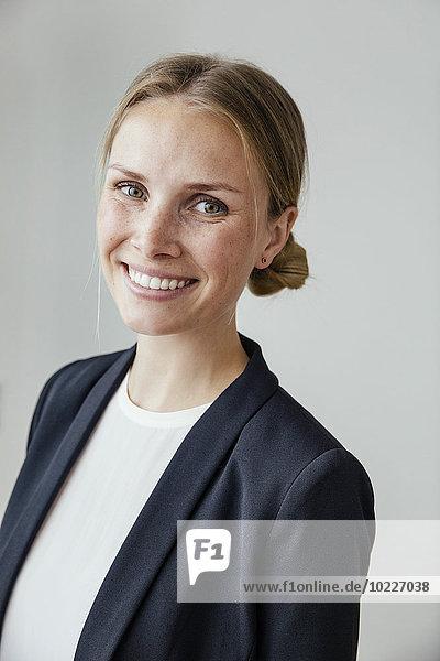 Porträt einer lächelnden jungen Geschäftsfrau