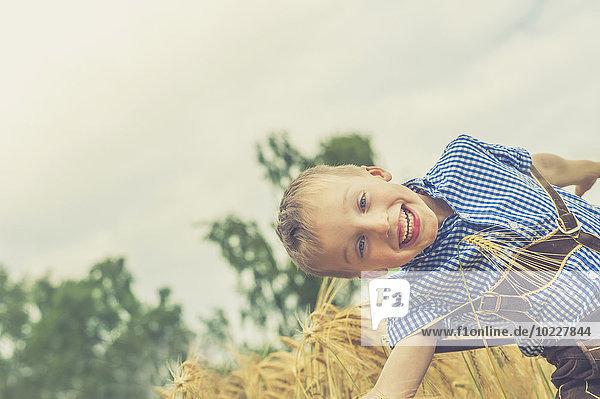 Deutschland  Sachsen  Porträt eines lächelnden kleinen Jungen in Lederhose Deutschland, Sachsen, Porträt eines lächelnden kleinen Jungen in Lederhose