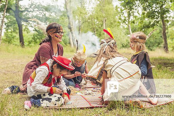 Deutschland  Sachsen  Indianer und Cowboy Party  Mädchen basteln mit Perlen